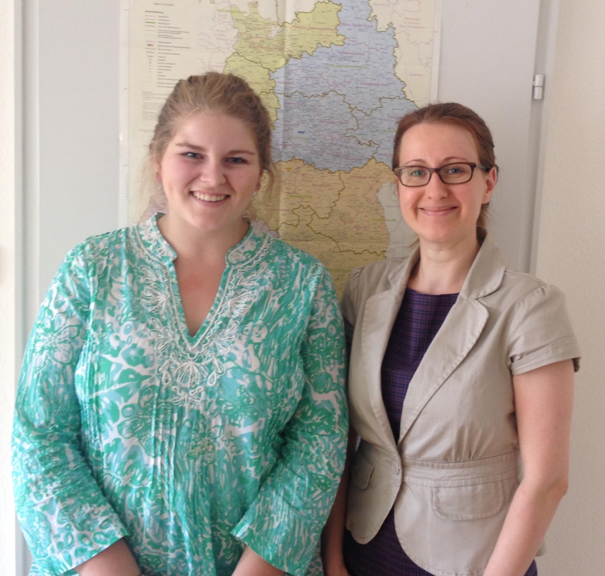 US-Praktikantin Anja Hencken (links) und Bezirksgeschäftsführerin Astrid Rothenberger